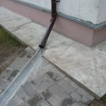 Отвод по лотку дождевой воды из водосточной трубы