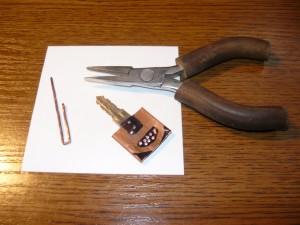 Заготовка ключа, проволока и пассатижи