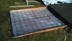 Установленная арматура и полиэтиленовая пленка перед заливкой бетона