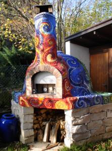 Общий вид печи для пиццы, украшенной мозаикой