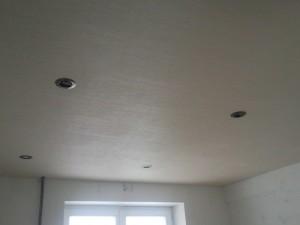 Вид на подвесной потолок из сайдинга со входа на кухню
