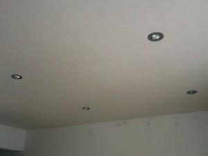 Вид на подвесной потолок на кухне со стороны окна
