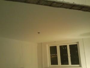 белый матовый натяжной потолок в гостинной