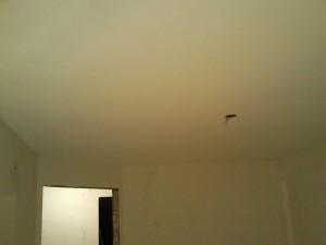 Ровная поверхность натяжного потолка