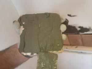 Плиточный клей, намазанный на плитку