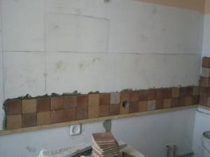 Два первых ряда плитки на левой стене