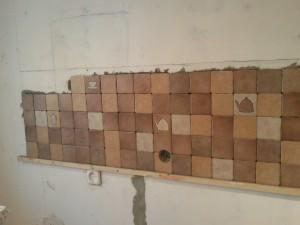 Почти полные пять рядов уложенной плитки
