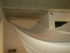 Закреплённый материал натяжного потолка