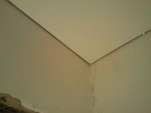 Вид на натяжной потолок у внутреннего угла