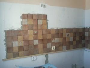 Полностью выложенная левая стена с фартуком