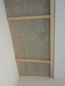 Вид на потолок в районе балки