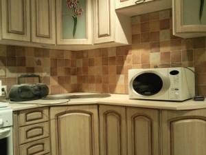 Проем между шкафами кухни для установки печи СВЧ