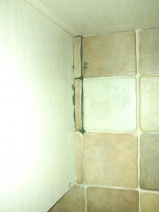 Подгонка кусочками плитки под навесной шкаф