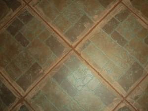 Остатки фуги по краям щелей между половыми плитками