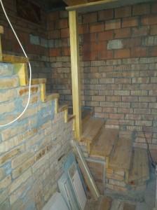 Столб между потолком и лестницей