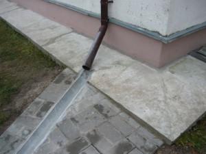 Отвод дождевой воды с крыши дома