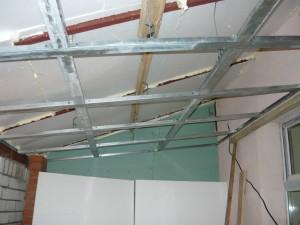 Общий вид каркаса подвесного потолка в наклонном положении