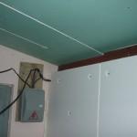 Вид на утепление стены пенопластом и стыки крепления гипсокартона