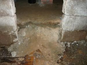 Выход из погреба в подвал