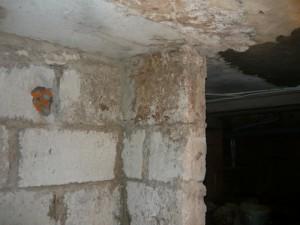 Первоначальный вид неоштукатуренных стен погреба