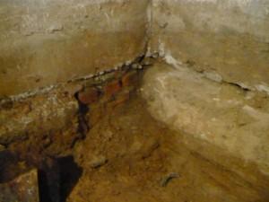 Вид на фрагмент фундамента, заложенного кирпичем