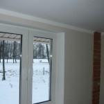 Вид на окрашенные потолок и стену в районе окна