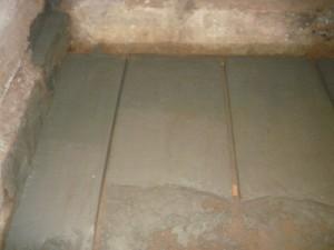 Заливка стяжки пола погреба цементным раствором