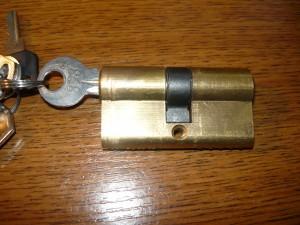 Ключ в личинке замка