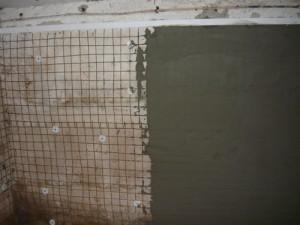 Частичное оштукатуривание задней стены повех металлической сетке