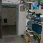 Вид на оборудование в новом помещении мастерской от окна