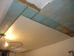 Старый потолок во время разборки