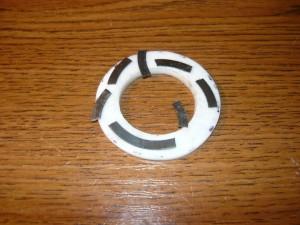 Старое лопнувшее стальное кольцо и новое из фторопласта