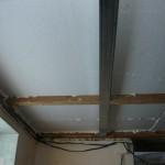 Вид на сопряжение металлического профиля с деревянной балкой