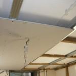 Вид на центральный лист гипсокартона,закрепленного на потолке