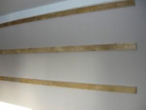 Три рейки, закрепленные на стене