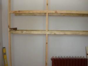 Монтаж вертикальных реек на левой стороне шкафа