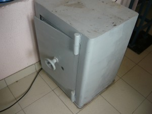 Вид на старый сейф спереди