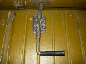 Вид на открытый запор на двери