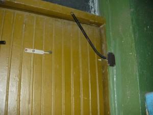 Снятая пружина на правой двери