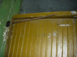 Снятая пружина на левой двери