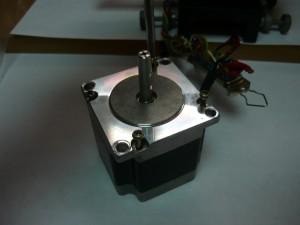 Шаговый двигатель с винтами