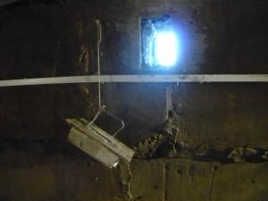Вентиляционное окно в цокольном этаже подвала