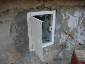 Дверца в вентиляционное окно подвала