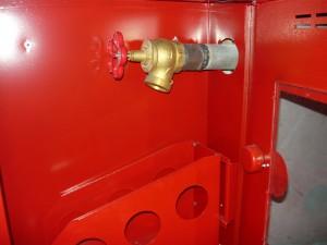 Ввод трубы пожарного водопровода в кран ящика