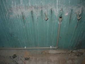 Подвод водопроводных труб к месту установки умывальника