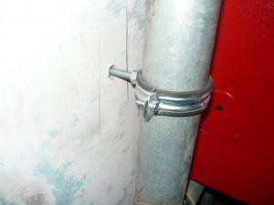 крепление трубы пожарного водопровода к стене
