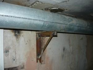 крепление трубы большого диаметра в подвале