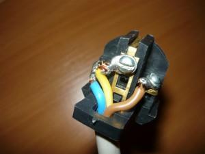 Закрепление проводов при помощи зажима