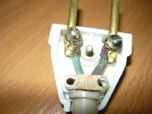 Фиксация проводов на корпусе вилки
