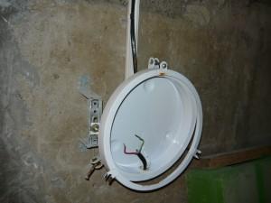 разобранный светильник на стене